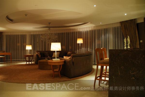 在480平米的空间里,表现一种端庄典雅、低调奢华的空间气氛,空间布局采轴线设计,以主体中置两侧相对的理念而展开,松与紧的空间布局对比明显。在空间的造型和表现元素上,择取旧时代的特征,以新态度演绎,以弧线的造型改善原建筑空间的沉闷,展现一种新派豪宅的风貌。       上一页 [1] [2] [3] [4] [5] [6] [7] [8] [9]