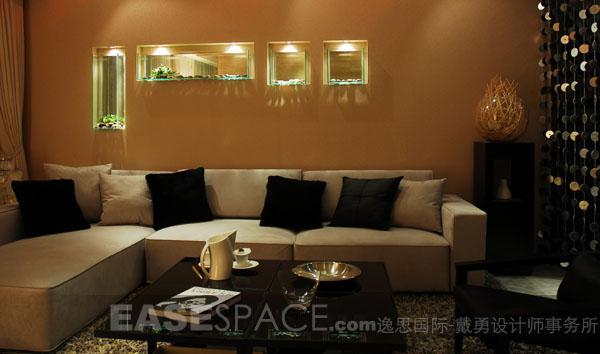 本示范单位建筑面积约145平方米,室内布局为四房两厅。 本单位的设计在时尚简约理念的基础上进一步深化其在各方面的表现。设计师力求体现一个在深秋的季节里透出某种淡淡思绪的空间格调。空间的表现色彩是冷静的,深灰色的墙纸、灰镜的运用,包括在饰物的点缀上紧靠主题,而局部色块的调和,使得这个空间富于生命力。主卧室在改进建筑布局的基础上,巧妙的设置了隔断,功能区分明确,加强空间的情趣。       上一页 [1] [2] [3] [4] [5] [6] [7]